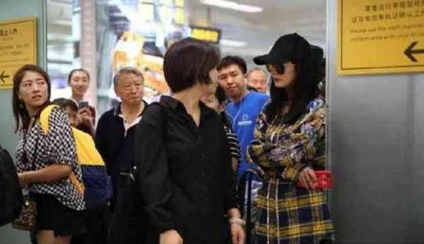 杨幂被保安赶出机场,原因竟然是人气太高造成围堵,明星竟有如此烦恼