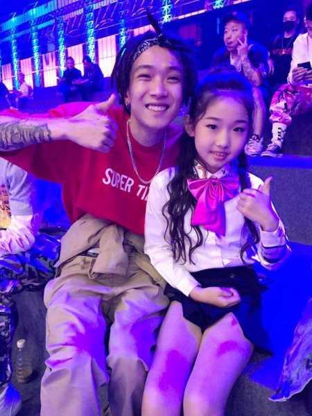 中国有嘻哈国民学妹王嘉榕个人资料照片身份背景  年龄最小的选手王嘉榕晋级成功了吗