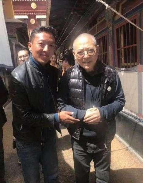 57岁李连杰晒练武旧照,压腿耍刀难掩英气,网友:好帅好年轻
