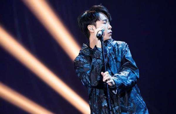 将感情寄托在歌声里,深情背后的吴青峰,你读懂了吗?