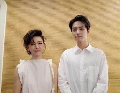 吴青峰17岁时与爱豆莫文蔚握手,心情很激动,魏大勋却跟偶像拍拖