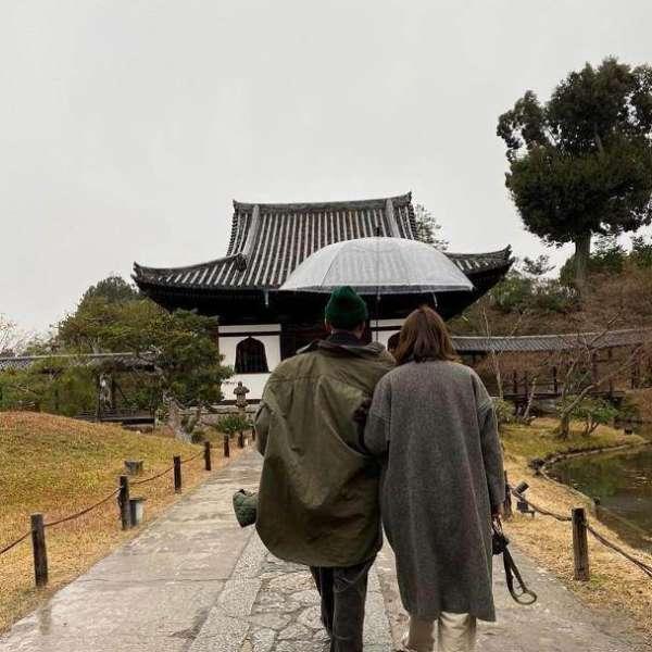 余文乐趁着假期带老婆儿子旅游,王棠云依偎在老公肩头很甜蜜